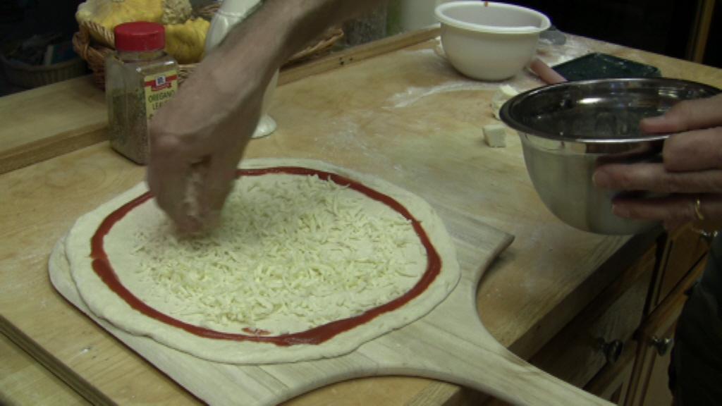 pizza ricetta bordi pomodoro mozzarella