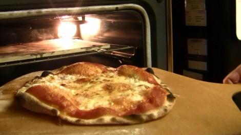 Video ricetta pizza senza lievito nel forno di casa - Forno con pietra refrattaria ...