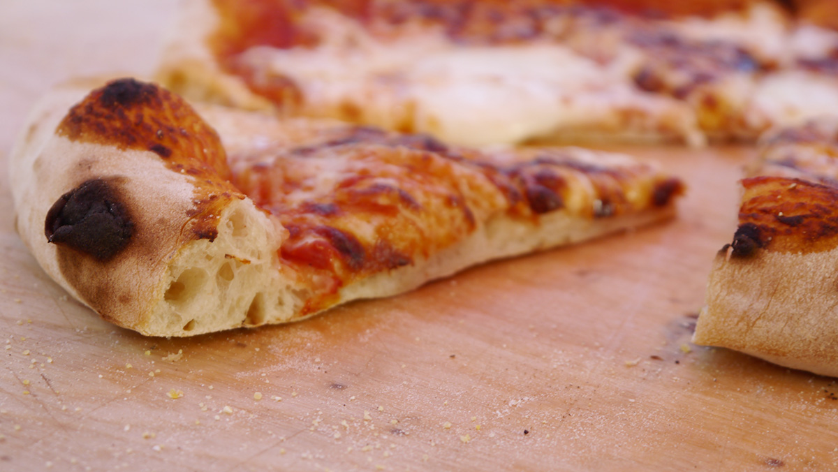 Ricetta della Pizza Napoletana nel Forno a Legna
